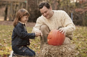 dad girl pumpkin carving1 300x199 How to Carve a Pumpkin   Top Tips